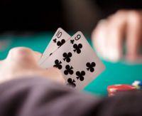Le jeu serré et large au poker : quelle est la bonne attitude ?