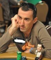 «16 joueurs de poker  jouant au profit de causes humanitaires»